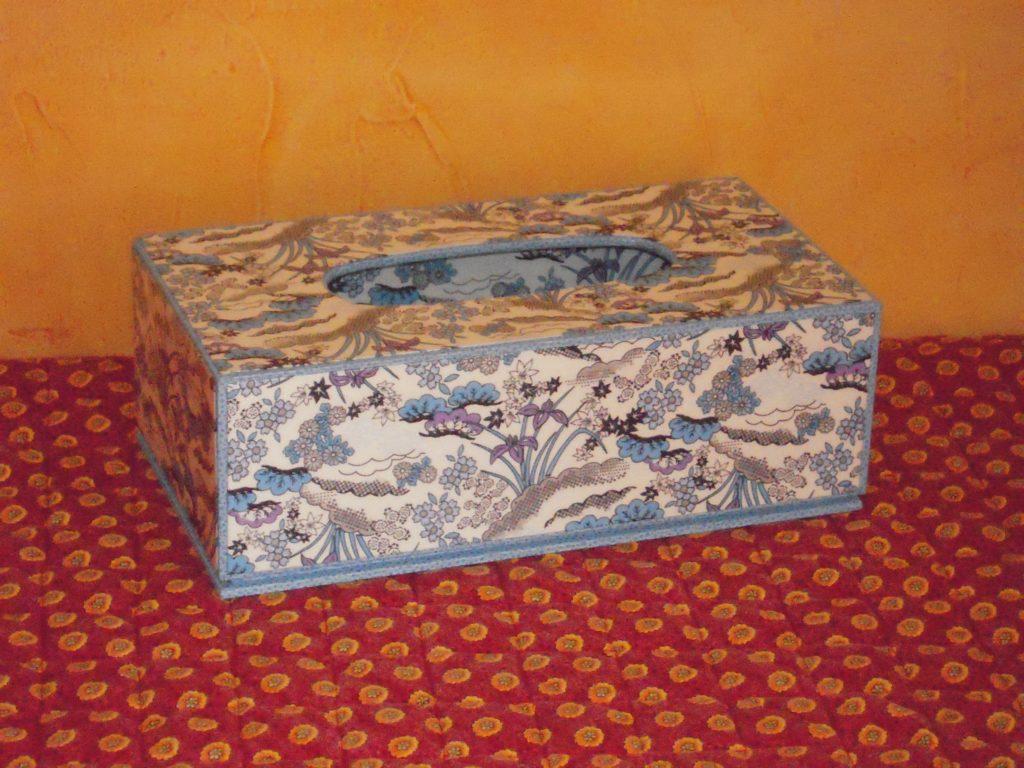la bo te de kleenex bleue la petite histoire. Black Bedroom Furniture Sets. Home Design Ideas